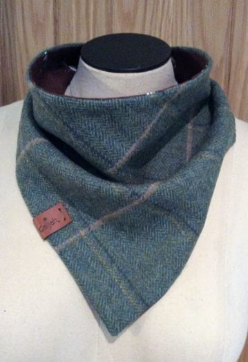 Neck Wrap Green Tweed with chocolate ditsy Horse lining