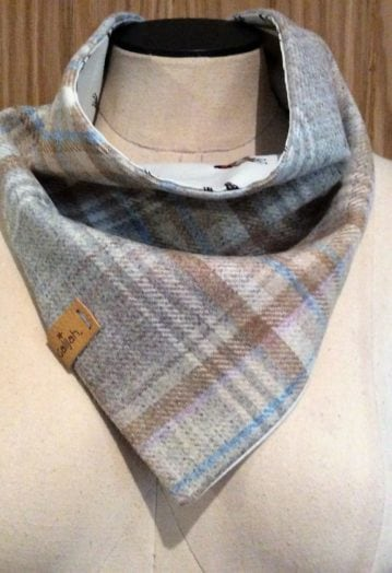 Neck Wrap Light checked Tweed with Ivory ditsy horse lining